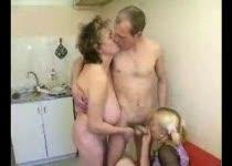 vrouw pijpt jongen massage en intiem