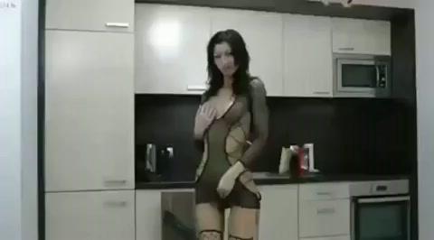 Moeder shuift over dildo heen
