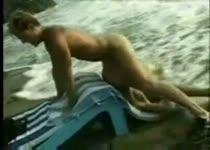 PLaatje van Neukend strand stel wordt overvallen door vloedgolf