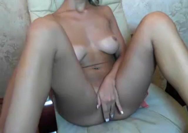 PLaatje van Sexy amateur sletje met tan lines vingert op sexcam