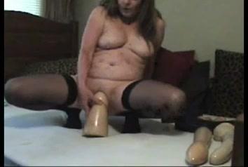 PLaatje van Mollige rijpe slet neemt extreem grote sex toys