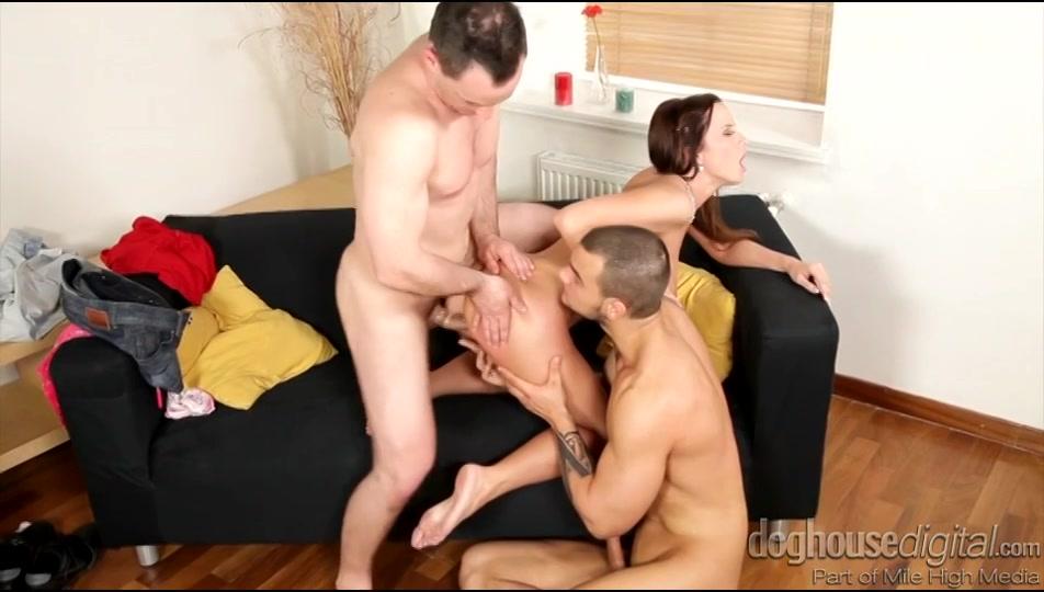 PLaatje van Hete babe in trio met bi mannen