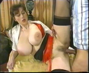 PLaatje van Een harig kutje en echte dikke tieten in retro porno