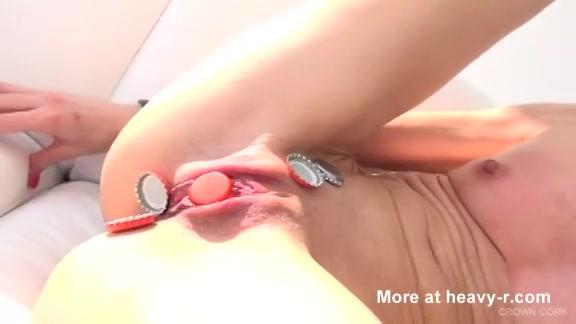 PLaatje van Kinky sletje geilt op extreme pijn