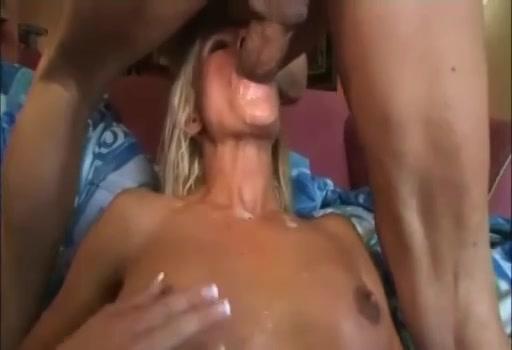 PLaatje van Blonde snol steekt haar neukgaatjes in de lucht om een mannetje te lokken
