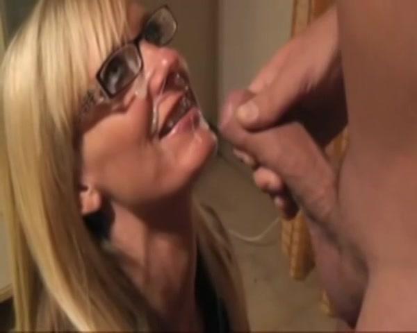 PLaatje van Mature amateur slet krijgt haar bril vol cum gespoten