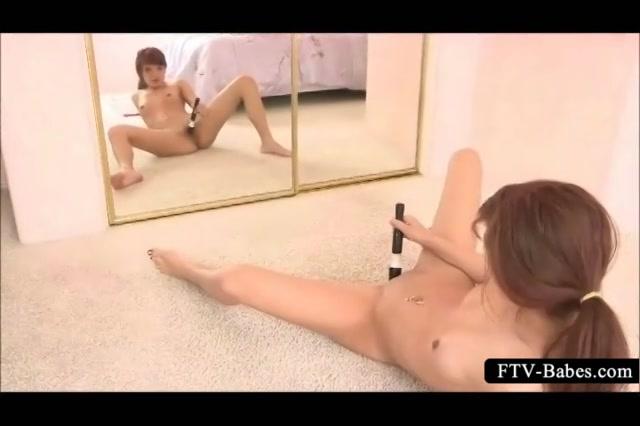 PLaatje van Sexy tiener masturbeert voor de spiegel