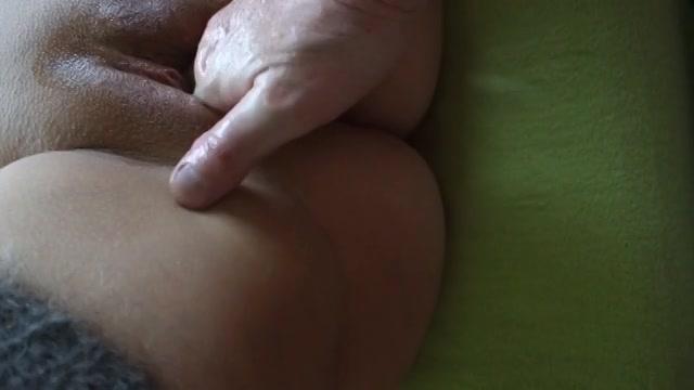 PLaatje van Zijn hand glijd in haar dikke gleuf