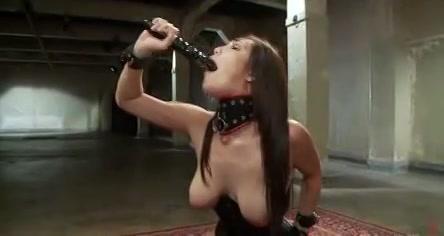 Sexy slavin zit vast gebonden op sexmachine