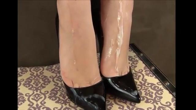 PLaatje van Cum over haar sexy voetjes in hoge hakken
