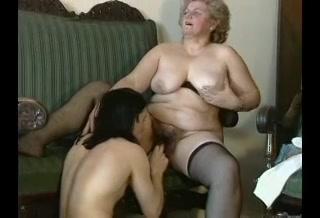 PLaatje van Jongeman verwent eenzame oma met orale sex