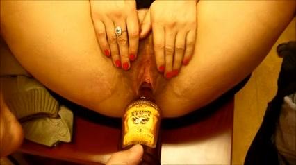 PLaatje van Een fles in haar harige dikke poes