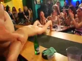 PLaatje van Een feestje loopt helemaal uit de hand ,een orgie ontstaat