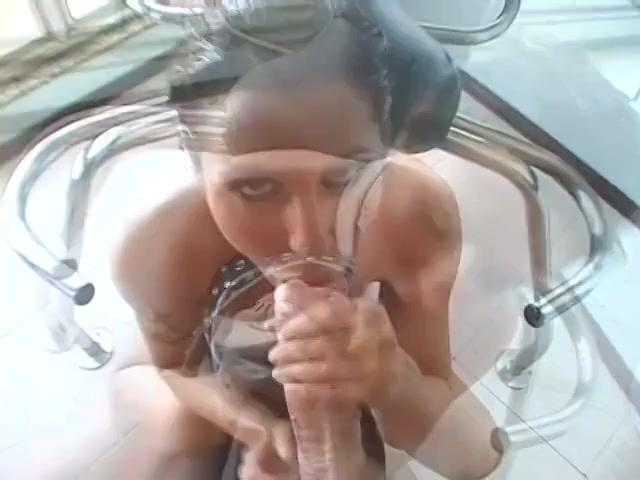 PLaatje van Hoe makkelijk deze porno slet zijn grote lul diep in haar mond neemt