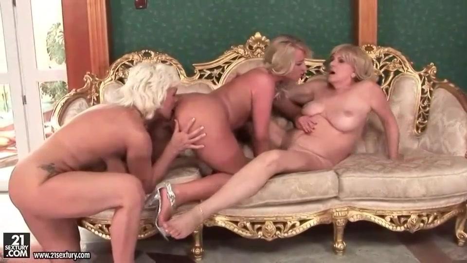 Rijpe lesbische sletten met sexy jonge meisjes