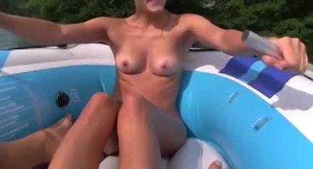 PLaatje van Zweedse schone berijd zijn lul in een rubberboot