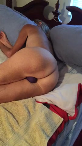 PLaatje van De rijpe schone slaapster met een vibrator tussen haar benen