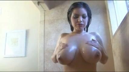PLaatje van Sexy babe met flinke jetsers onder de douche