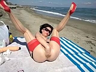 PLaatje van Geile huismoeder heeft kinky sex op het strand