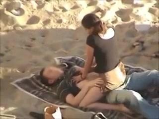 PLaatje van Voyeur filmt jong stel tijdens buitensex