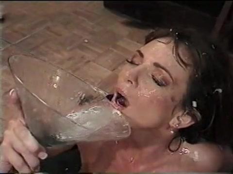 PLaatje van Sexy milf drinkt een groot glas cum
