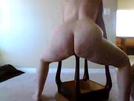 PLaatje van Oma neukt de tafelpoot van haar antieke bijzettafel