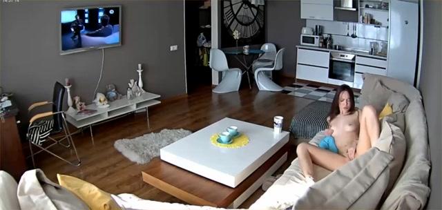 PLaatje van Met een spycam filmt hij zijn sexy vriendin die masturbeert
