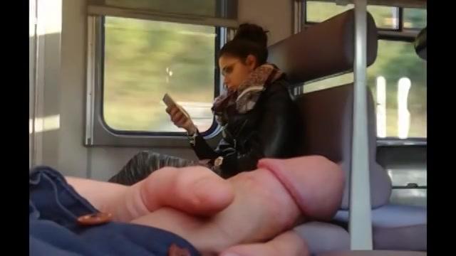 PLaatje van Zijn stijve leuter aftrekken in de trein