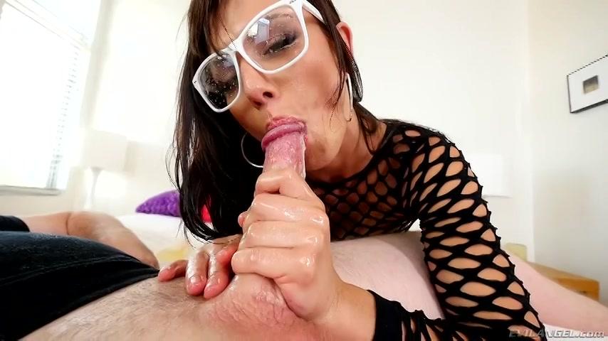 PLaatje van Sexy mokkel met bril zuigt stijve lul