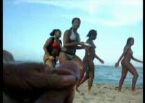 Afrukken op een druk strand