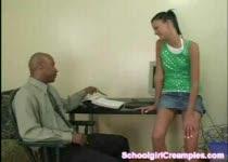Ze is geneukt door haar donkere leraar, de viespeuk!