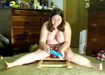 Haar buik beweegt mee wanneer ze die dildo berijd.