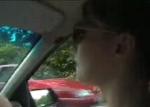 Een hand aan het stuur en haar andere hand laat zijn harde pik spuiten.