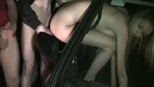 Blondje hangt haar kontje uit het raam
