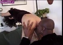 Haar anus en kut worden gelikt door een neger tong