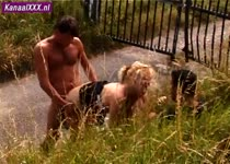 Nederlandse porno: blonde slet in sex trio langs het pad genomen .
