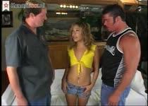 De twee mannen neuken haar mond kut en anus