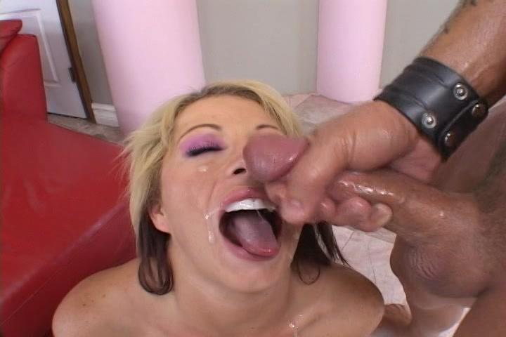 Haar gezicht vol sperma spuiten