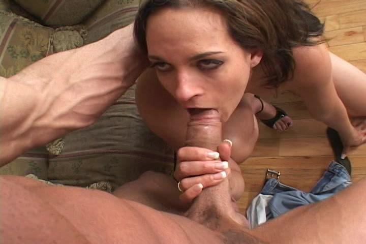 Hij pompt zijn grote lul diep in de mond van het meisje