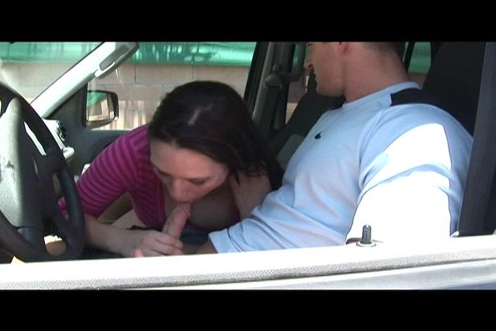 Ze pijpt hem in de auto en bij hem thuis tot hij klaar komt