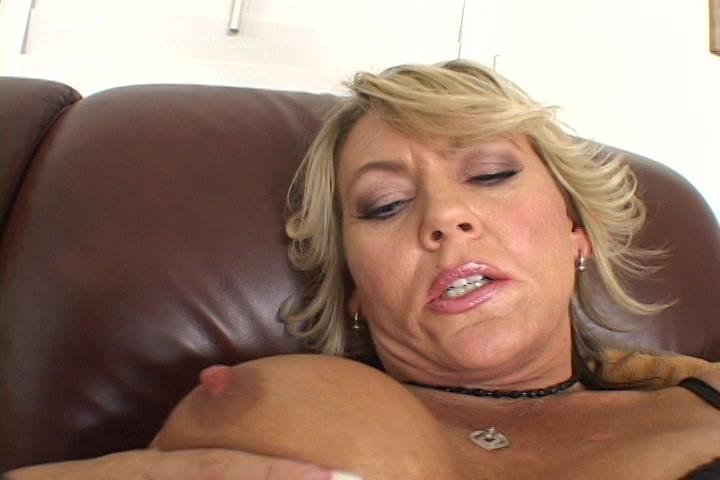 Langs haar slipje masturbeert de geile huisvrouw haar geschoren kut