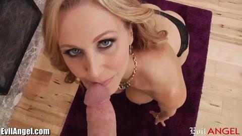 Blonde milf masturbeert en geeft de stijve lul een pijp beurt