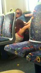 Jonge lesbiënnes betrapt tijdens het beffen in de trein