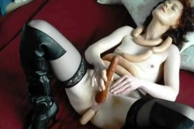 De geile huisvrouw mastubeerd haar kut en anus met vleeswaren