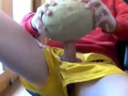 Voor de webcam neukt zijn stijve lul een meloen