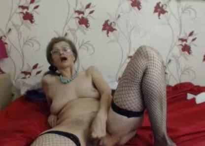 Voor de webcam vingert de geile oma haar oude kut