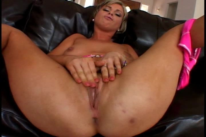 Heerlijk kale kut vingerend en krijgt ze een enorme orgasme