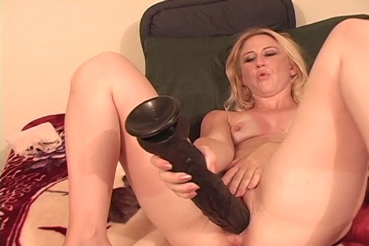 Eerst masturbeert ze met de enorme dildo pijpt en word geneukt door de stijve lul