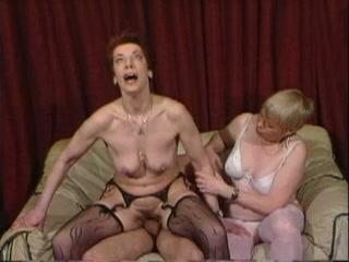 Een sperma feest voor twee mature sletten