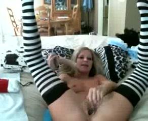 Gillend komt Brittany klaar als ze mastubeerd met een dildo